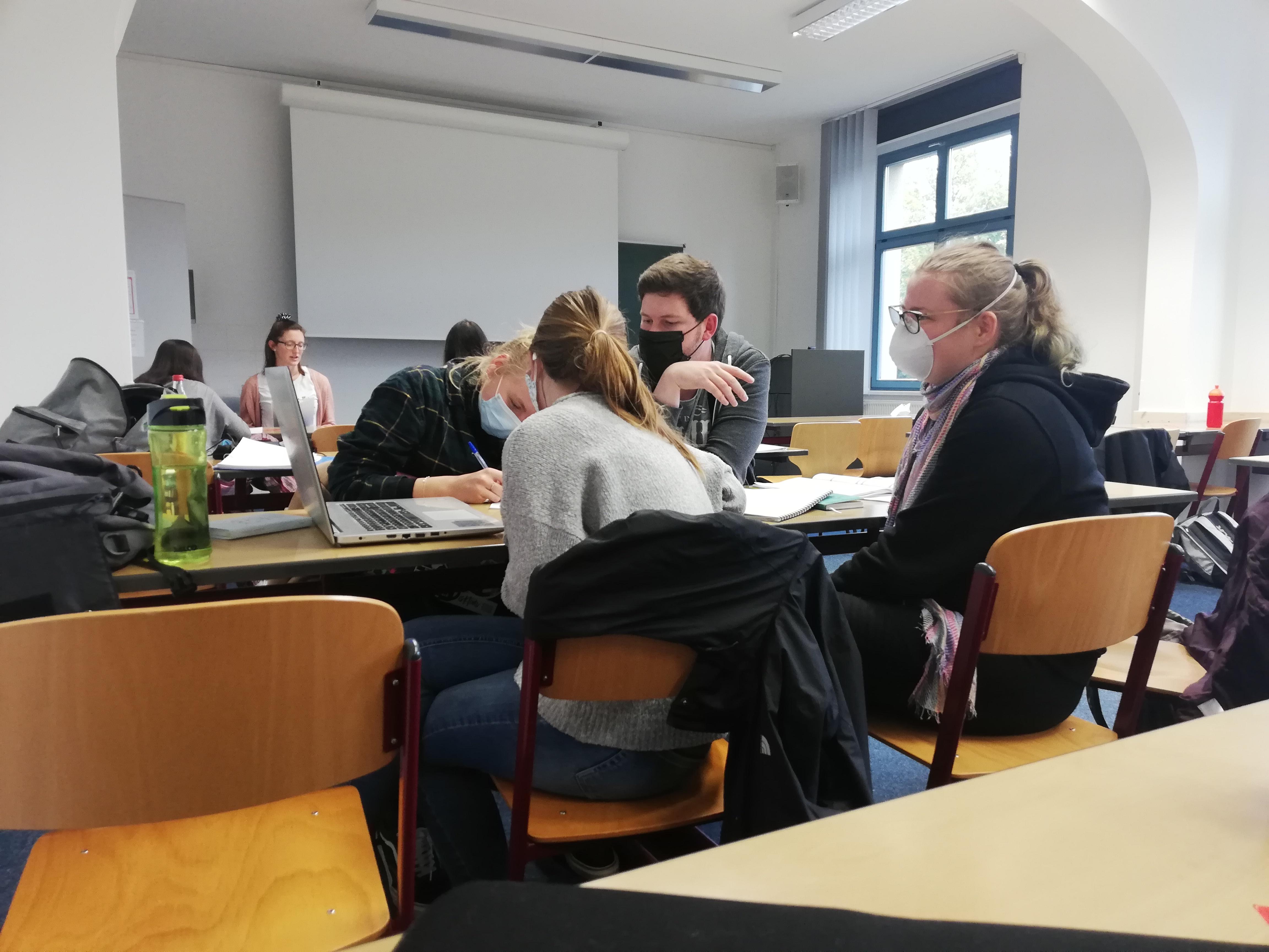 Bild von Studierenden bei der Gruppenarbeit für das Planspiel