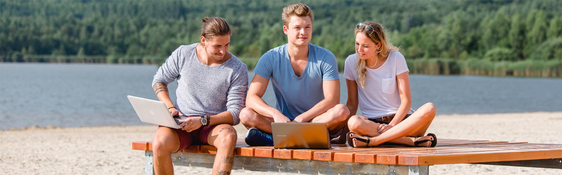 Bachelor Tourismusmanagement: Studierende arbeiten outside am Laptop