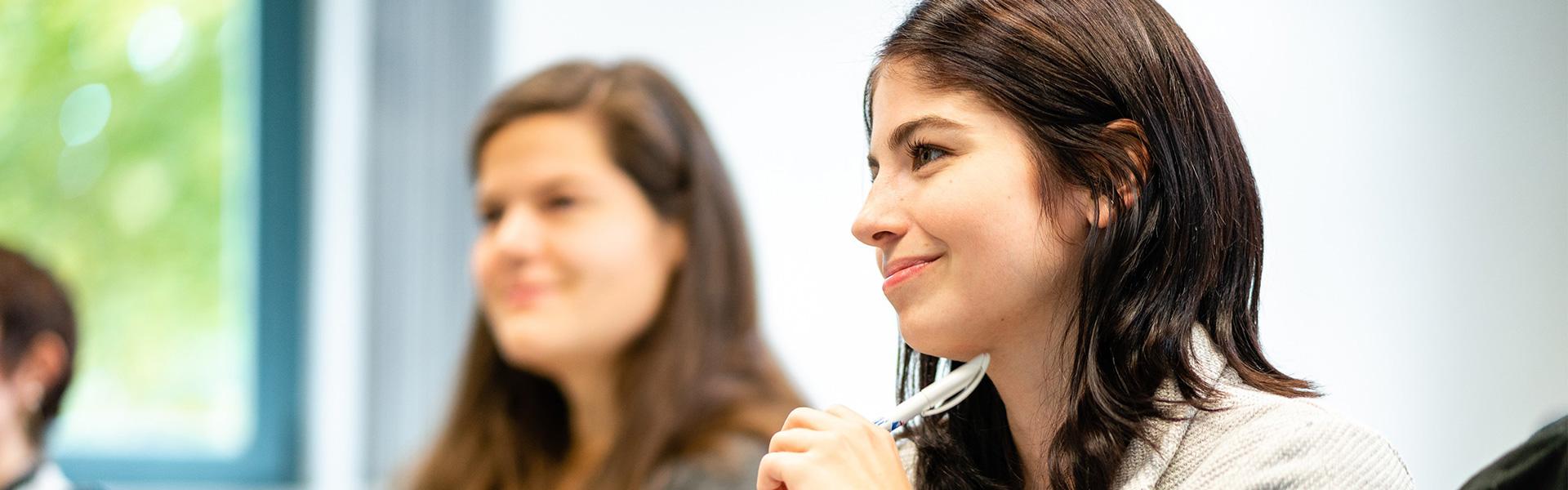 Master-Studium Kultur und Management in Görlitz: Zwei lächelnde junge Frauen, eine davon im Fokus.