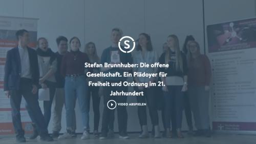 Screenshot des Stiftungs-Videos mit Personengruppe