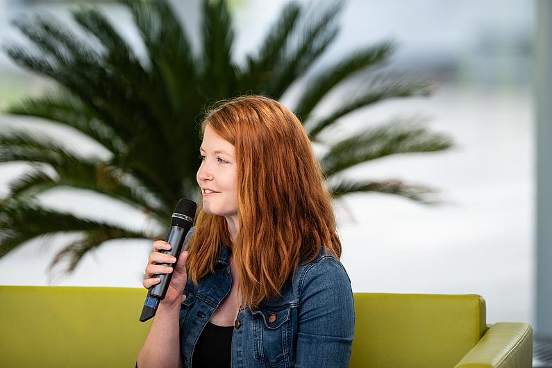 Lydia Laarz am Mikrofon